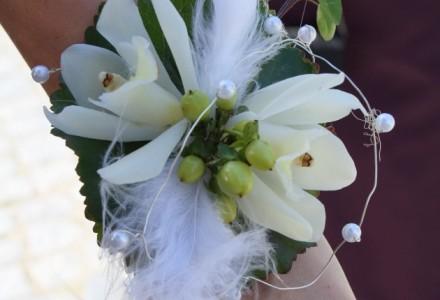 Brautjungfernhandschmuck mit weißen Orchideenblüten und Federn